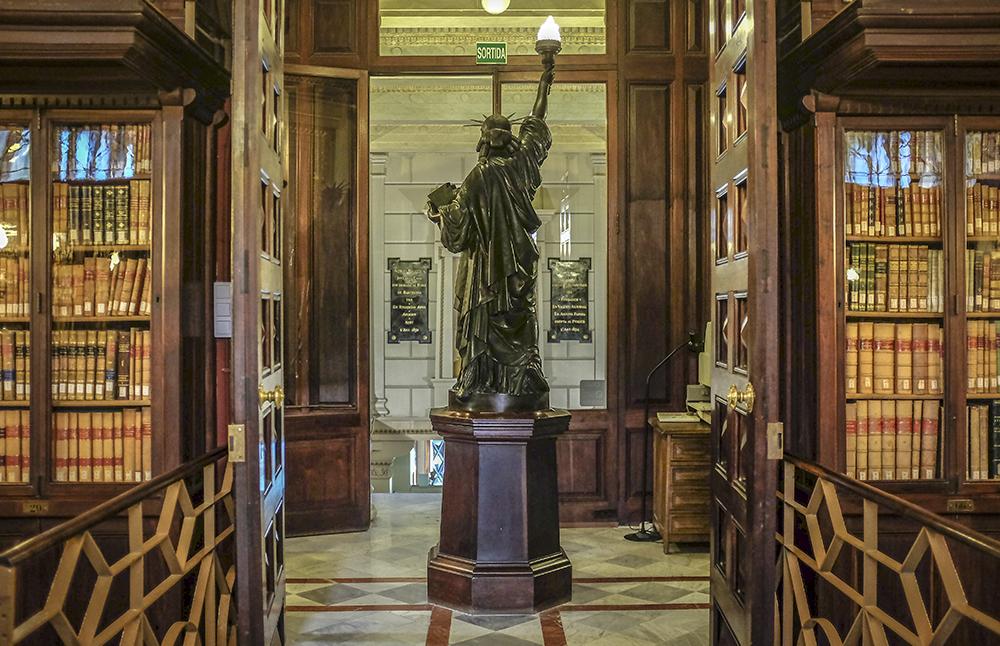 Resultado de imagen de biblioteca rossend arus estatua